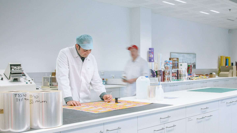 Joost Sprengers aan het werk in het laboratorium.