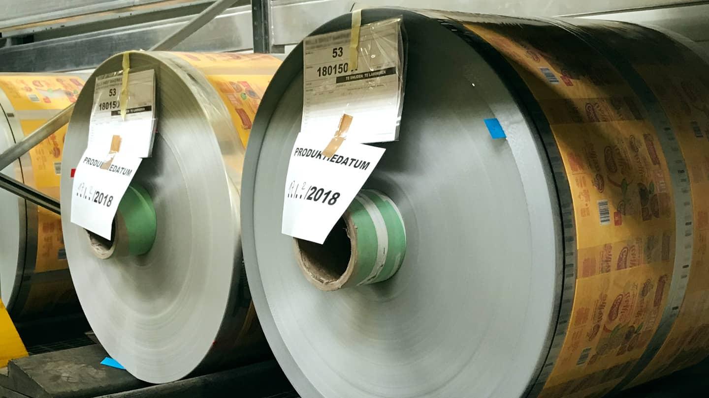 Voor een folie aan de klant geleverd mag worden, moet ook de chemische uitharding voltooid zijn.